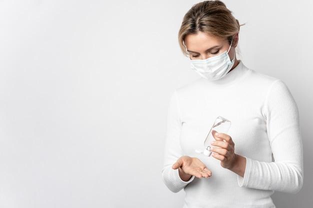 Porträt der frau, die hände mit gel desinfiziert
