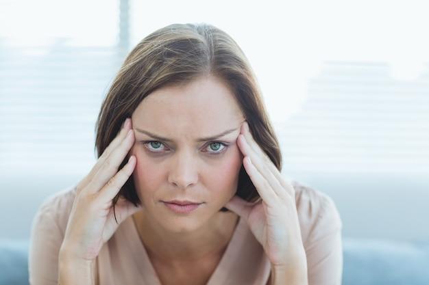 Porträt der frau, die kopfschmerzen leidet