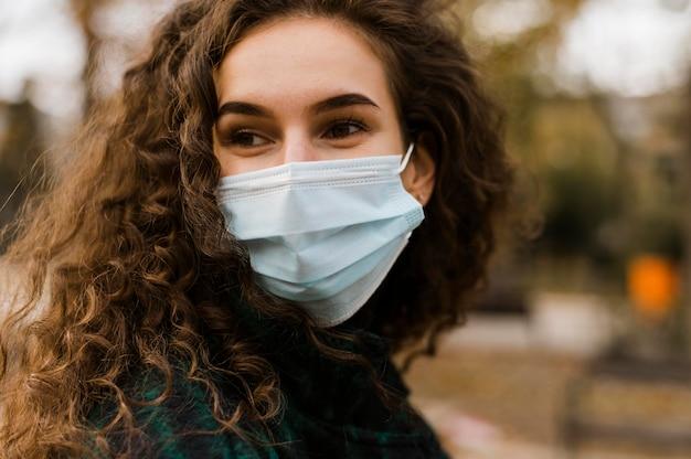 Porträt der frau, die medizinische maske trägt