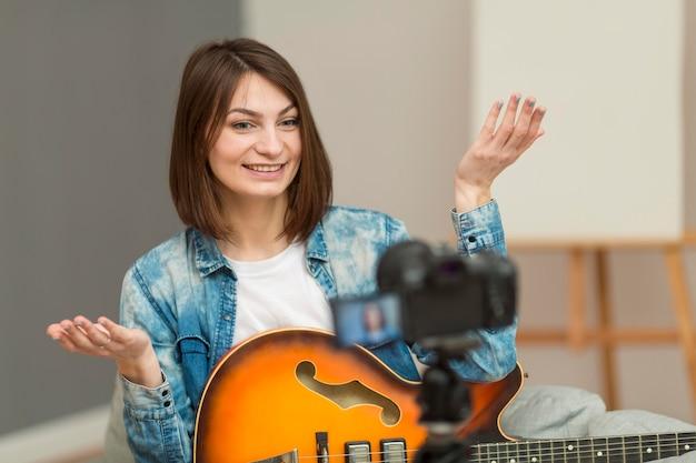Porträt der frau, die musikvideo aufzeichnet