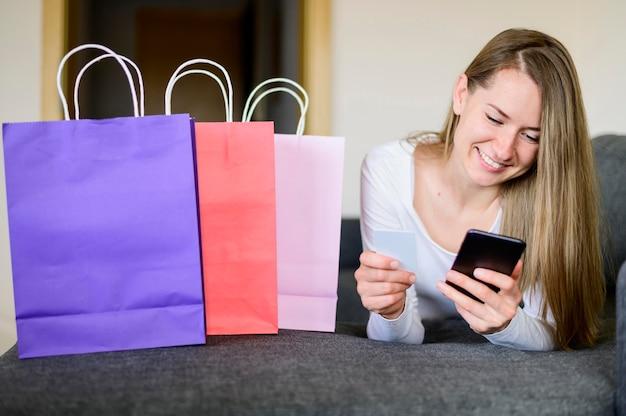 Porträt der frau, die online kauft