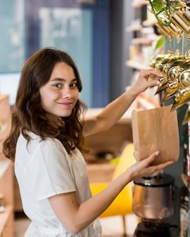 Porträt der frau, die organische produkte einkauft