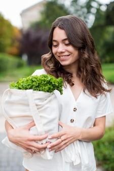 Porträt der frau, die organische produkte trägt