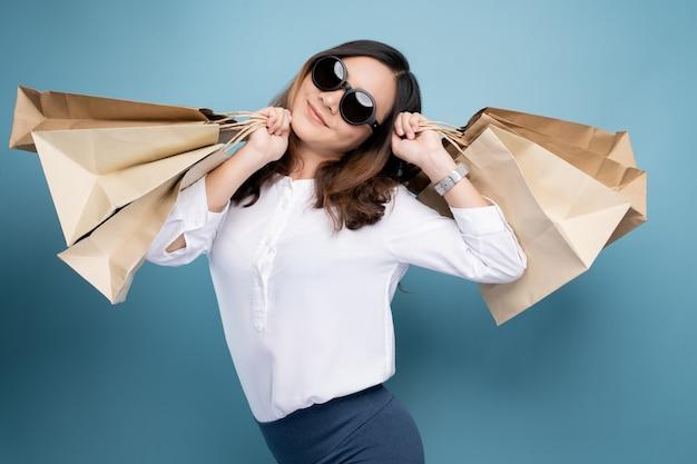 Porträt der frau einkaufstaschen halten