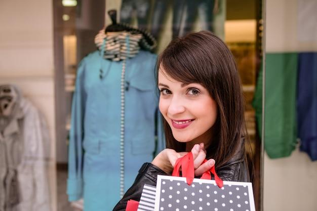 Porträt der frau einkaufstaschen im mall halten