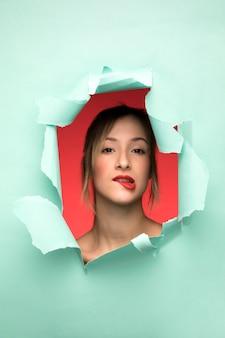 Porträt der frau ihre lippe beißend Kostenlose Fotos