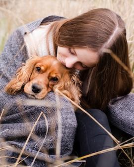Porträt der frau ihren hund halten