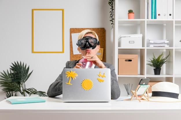 Porträt der frau im büro vorbereitet für sommerferien