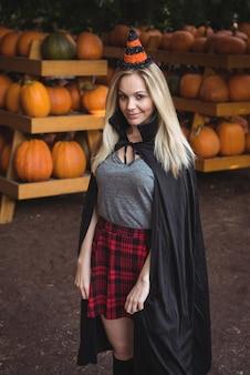 Porträt der frau im halloween-kostüm