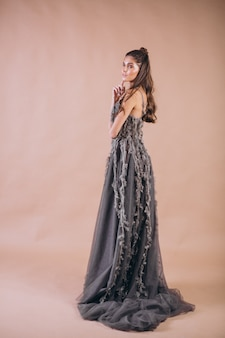 Porträt der frau im schönen grauen kleid