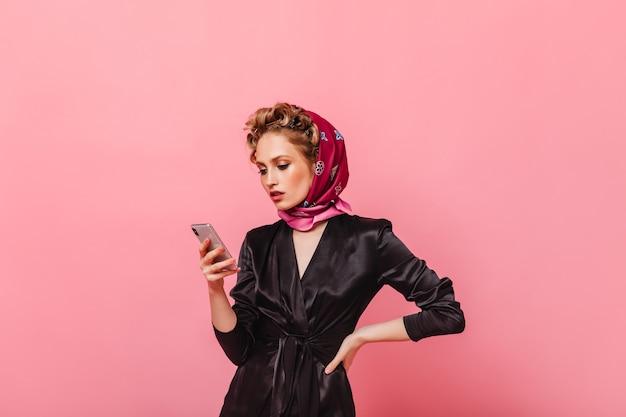 Porträt der frau im stilvollen hauptausstattungs-chat im telefon