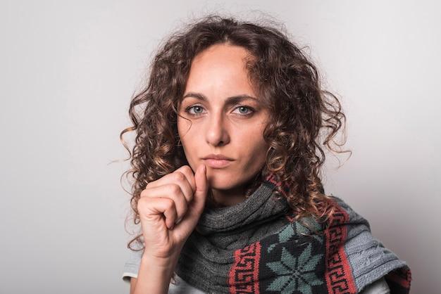 Porträt der frau leiden unter husten gegen grauen hintergrund