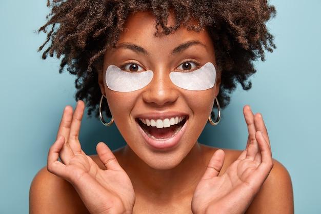 Porträt der frau mit afro-haarschnitt mit augenklappen