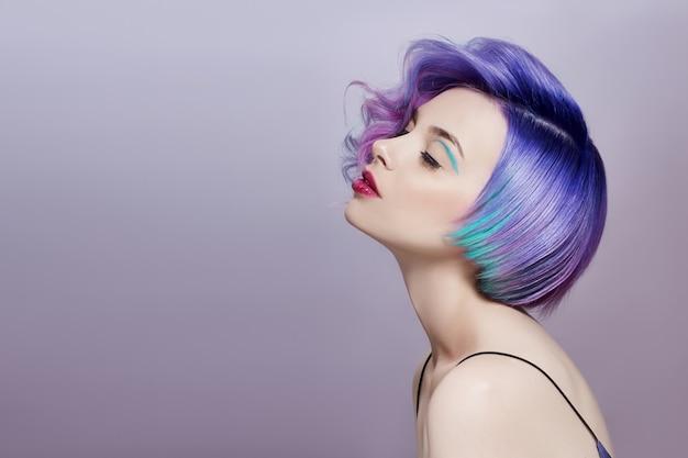 Porträt der frau mit dem hellen farbigen fliegenhaar