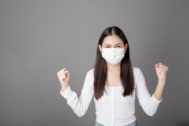Porträt der frau mit der chirurgischen maske, gesundheitskonzept
