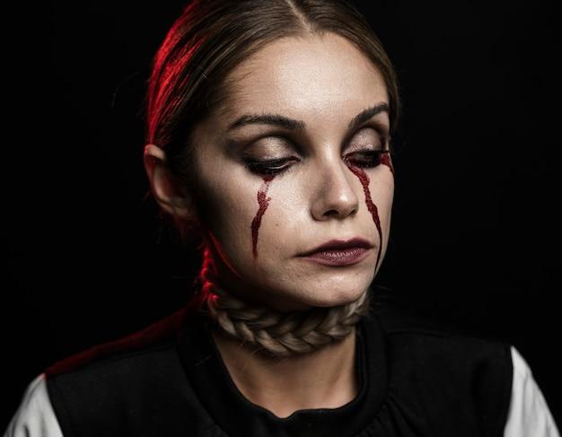 Porträt der frau mit falschem blutmake-up