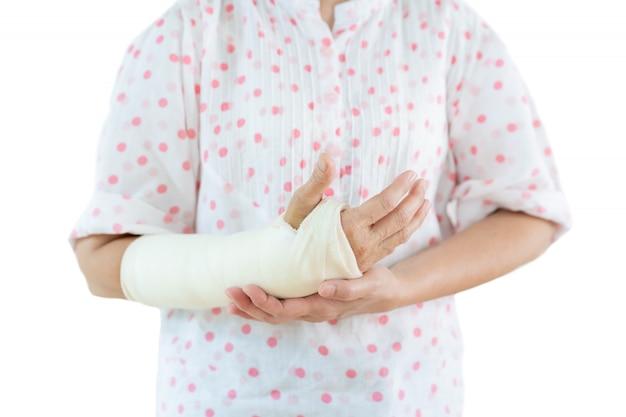 Porträt der frau mit gebrochenem arm.