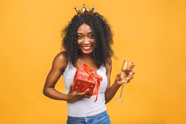Porträt der frau mit glas champagner und goldener krone