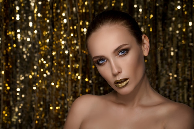 Porträt der frau mit goldenem lippenstift