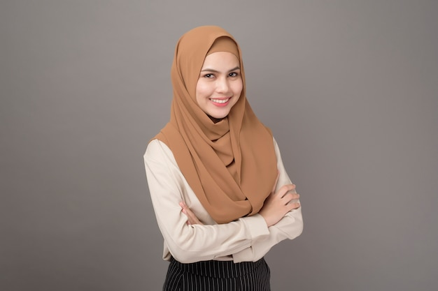 Porträt der frau mit hijab lächelt auf grau