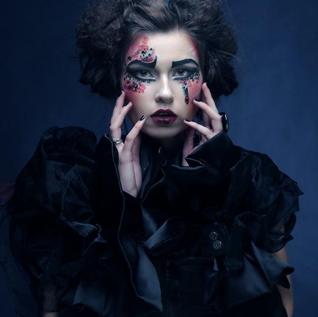 Porträt der frau mit künstlerischem make-up im blauen rauche