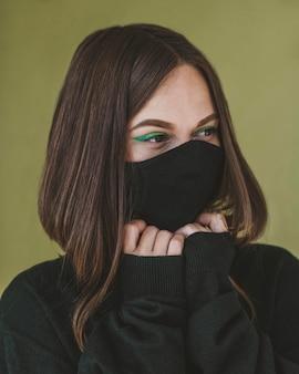 Porträt der frau mit make-up und gesichtsmaske