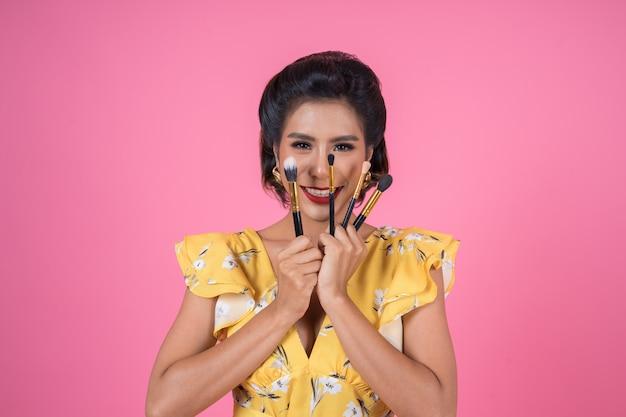 Porträt der frau mit make-upbürsten-berufsshow