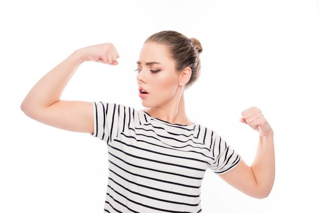 Porträt der frau mit starker passform, die ihre muskeln zeigt
