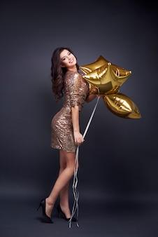 Porträt der frau mit sternformballon