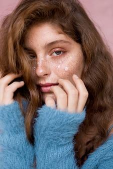 Porträt der frau mit weißen blumen auf ihrem gesicht
