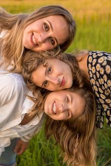 Porträt der freundinnen im park. sie drehen einen videoblog über ihre freundschaft und spaziergänge.
