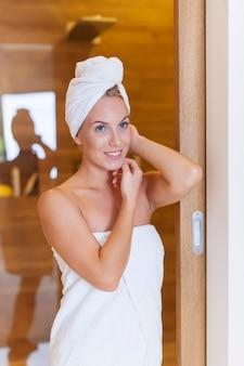 Porträt der frischen frau nach der dusche