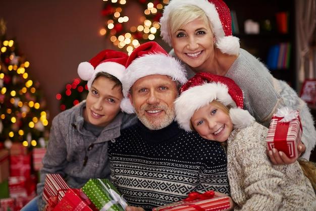 Porträt der fröhlichen familie mit einigen weihnachtsgeschenken