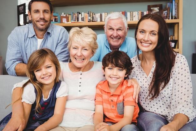 Porträt der fröhlichen familie mit großeltern