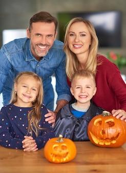 Porträt der fröhlichen familie während halloween