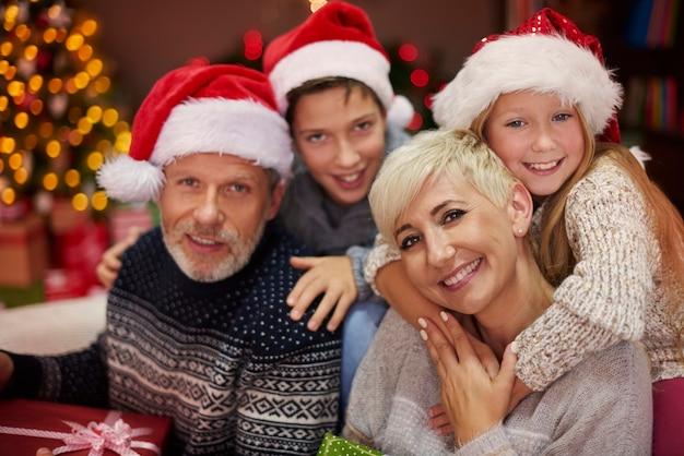 Porträt der fröhlichen familie während weihnachten