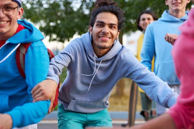 Porträt der fröhlichen kaukasischen teenagerjungen im freien