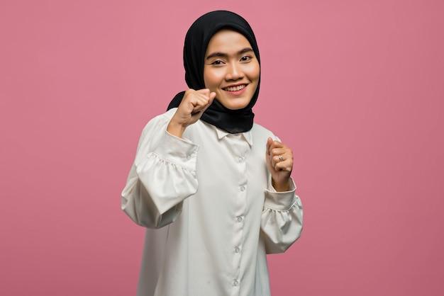 Porträt der fröhlichen schönen asiatischen frau, die ein weißes hemd trägt