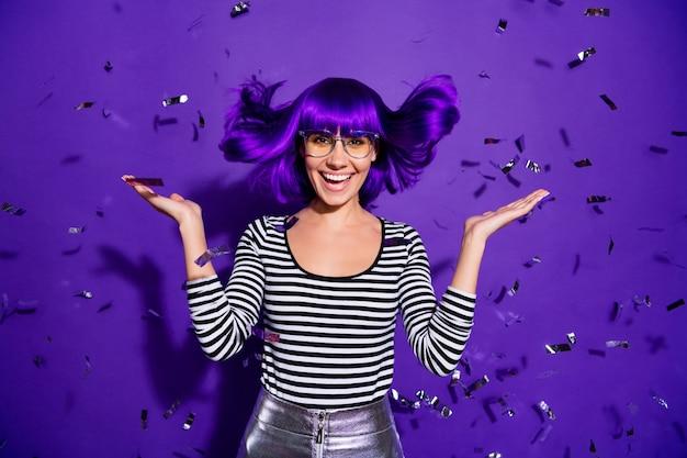 Porträt der fröhlichen sorglosen person, die lokal über lila violettem hintergrund schreit