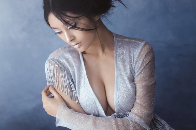 Porträt der futuristischen sinnlichen sexy jungen frau