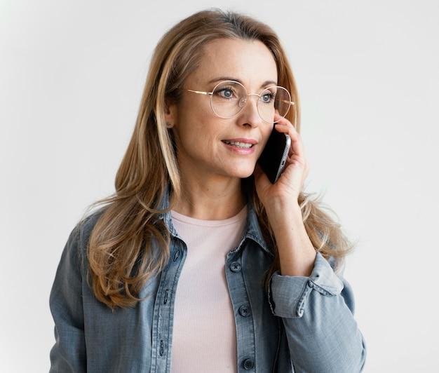 Porträt der geschäftsfrau, die am telefon spricht