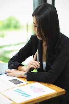 Porträt der geschäftsfrau, die auf papierkram denkt und sich konzentriert, nachdenkliche frau