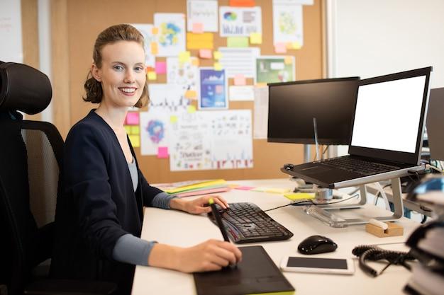 Porträt der geschäftsfrau, die im büro arbeitet