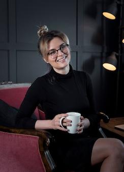 Porträt der geschäftsfrau, die mit kaffee aufwirft