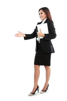 Porträt der geschäftsfrau, die tablet-computer hält und zum händedruck austeilt