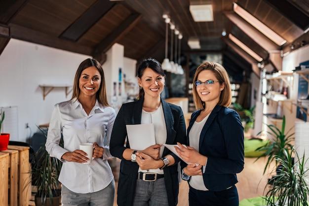 Porträt der geschäftsfrau drei in coworking büro.