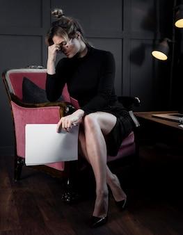 Porträt der geschäftsfrau mit kopfschmerzen im büro