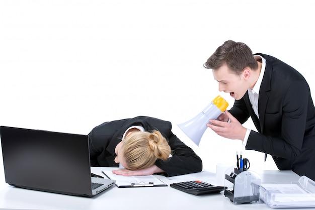 Porträt der geschäftsfrau schlafend am arbeitsplatz.