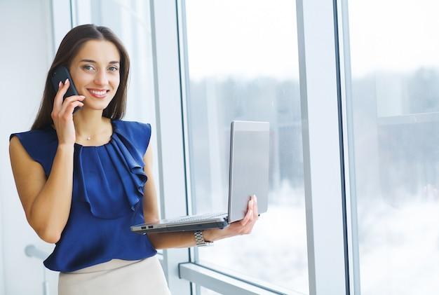 Porträt der geschäftsfrau working in creative office