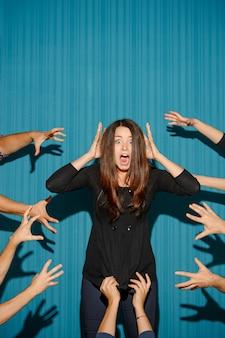 Porträt der gestressten frau mit schockiertem gesichtsausdruck